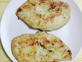 照烧鸡胸蔬菜酿皮,鸡胸肉出锅,放入盘中待用。
