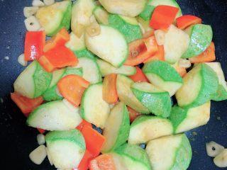 照烧鸡胸蔬菜酿皮,中火煎烧蔬菜大致时间5分钟即可。