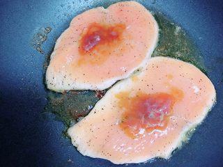 照烧鸡胸蔬菜酿皮,在鸡胸肉上加上一些油醋汁。