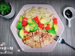 照烧鸡胸蔬菜酿皮,将煎好的鸡胸肉切成小块儿,摆放在餐盘中。再放入炒好凉皮和蔬菜。