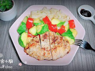 照烧鸡胸蔬菜酿皮,一盘健康的美食就上桌了,配上黑胡椒酱,吃起来更好吃哟!