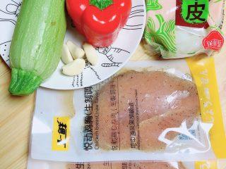 照烧鸡胸蔬菜酿皮,准备好食材。黑椒鸡胸肉、西葫芦、红椒、凉皮,蒜。