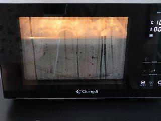 晶莹剔透的水晶饺,放入长帝蒸烤箱中,100度蒸15分钟。