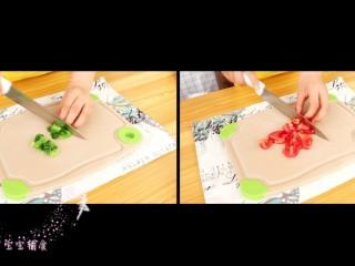 馒头披萨,油菜和西红柿分别切碎丁
