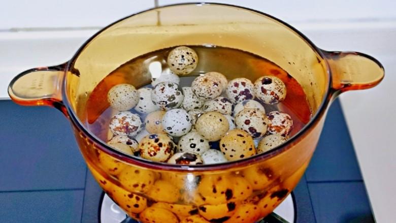 酱香啤酒鹌鹑蛋,将洗干净的鹌鹑蛋冷水入锅,大火烧开,转中火煮6分钟,关火焖2分钟。