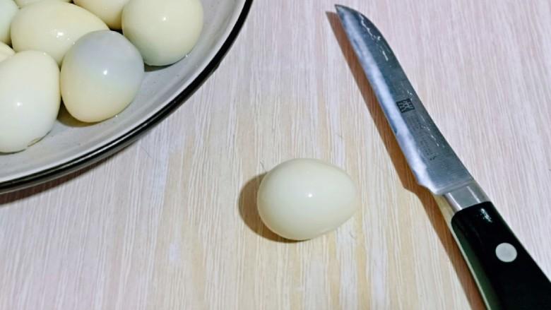 酱香啤酒鹌鹑蛋,用小刀在每个鹌鹑蛋上划两刀。