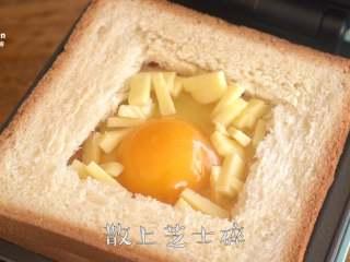 【窝蛋芝士吐司】一份营养又美味的懒人早餐,在蛋白上撒上<a style='color:red;display:inline-block;' href='/shicai/ 61855/'>马苏里拉芝士</a>,盖上上盖,烘烤3-5分钟取出。