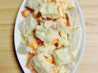 南瓜烤吐司布丁,再淋上一层炼乳。将烤盘放入到烤箱中,180度烤15-20分钟,即可出炉。