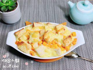 南瓜烤吐司布丁,一款香气四溢的南瓜烤吐司布丁就做好了。