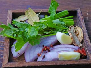 秘制辣椒油,准备葱姜蒜、洋葱、香菜、香叶、花椒、八角