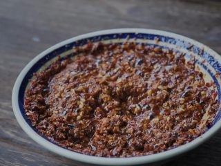 秘制辣椒油,热油稍稍放凉一点点点点点~泼进辣椒面儿里头~ 当然不能真的放凉了。