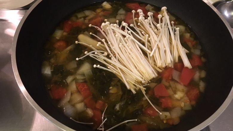 老王酸菜牛肉面,汤头煮开后加入金针菇