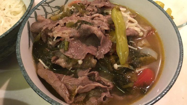 老王酸菜牛肉面,再加入汤头材料跟肉片