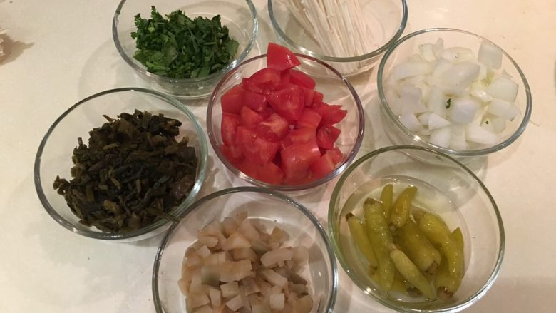 老王酸菜牛肉面,所有材料准备就绪