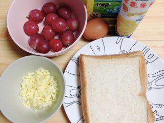 红提芝士烤吐司布丁,准备好食材。全麦切片面包、红提、牛奶、鸡蛋、炼乳、芝士碎。
