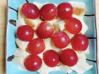 红提芝士烤吐司布丁,在面包块上加上一层红提。