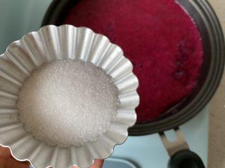 火龙果酸奶冻,放入小锅中,加糖