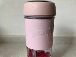 火龙果酸奶冻,火龙果肉放在果汁杯中搅碎