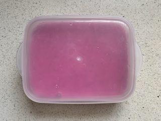 火龙果酸奶冻,盖好盖子,冰箱冷藏1小时以上至完全凝固