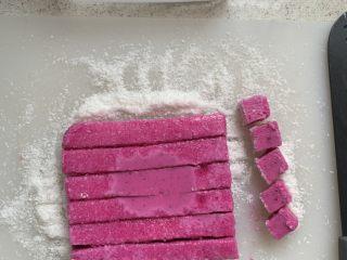 火龙果酸奶冻,切小块