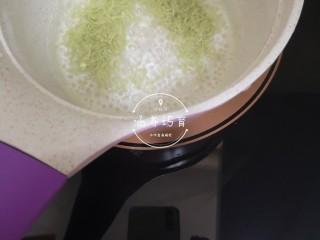 宝宝辅食-时蔬肉沫颗粒面,小奶锅一大碗水烧开,加入颗粒面小火煮