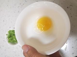 宝宝辅食-时蔬肉沫颗粒面,鸡蛋取出蛋黄