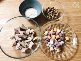 夏日甜品合集(秒杀满记系列),备料:称好需要的黑糖珍珠,芋头,芋圆和西米,分别煮开。