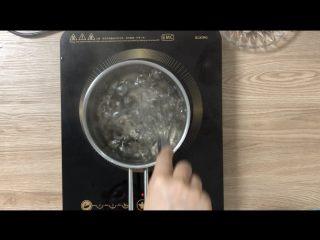 夏日甜品合集(秒杀满记系列),煮黑糖珍珠:  称大约800g水,大火烧开,烧开后倒入50g黑糖珍珠,中火煮25-30分钟,煮好了过冷水,备用。