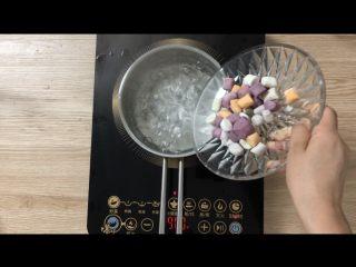 夏日甜品合集(秒杀满记系列),煮芋圆:   称大约800g水,大火烧开后倒入芋圆,中火煮10分钟,过冷水,备用。
