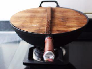 蒜香肉片炒苋菜,盖上锅盖大火烧开。