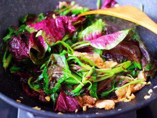蒜香肉片炒苋菜,加入浸泡后洗净的苋菜。