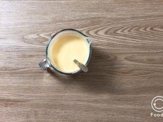 夏日甜品合集(秒杀满记系列),杨枝甘露汤底: 将配方中的芒果果肉,牛奶,椰浆,淡奶油,炼乳,一起加入料理机中,打浆,成均一的溶液。奶香原味和炭烧酸奶汤底只需将所有物料称到一起,搅匀,即可。