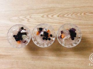 夏日甜品合集(秒杀满记系列),分别将煮好的四种料,加入到你想要的容器中,添加量可以根据自己的喜好度调节。如果想喝冰一点的,自行加入部分冰块。