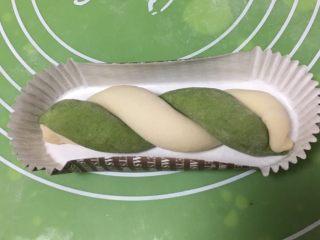 豆沙馅双色扭扭面包,搞成麻花状,放入纸托。