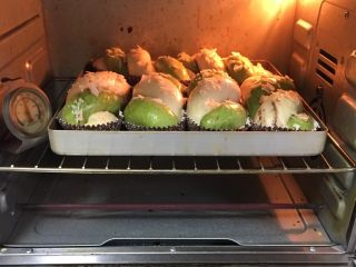 豆沙馅双色扭扭面包,烤箱预热至180度,金盘送入烤箱,烤制20分钟。
