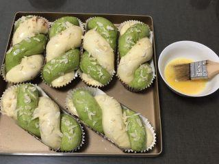 豆沙馅双色扭扭面包,发酵完成刷上鸡蛋液。另一盘盖上保鲜膜备用。