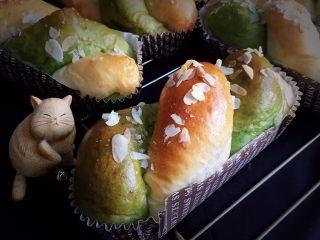豆沙馅双色扭扭面包,两种颜色很可爱。