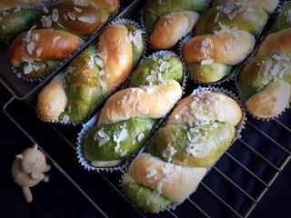 豆沙馅双色扭扭面包,冷却后就可以品尝了。