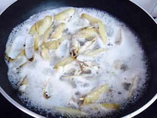 葱油蛏子,大火烧开至蛏子开壳即可关火