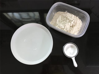烤面筋,准备好材料,面筋粉200克,盐3克,温水300克。