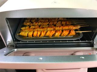烤面筋,然后放入预热好的烤箱,上下火,180度,15-20分钟左右,烤10分钟时取出再刷一层烤肉料,放回烤箱,再继续烘烤7、8分钟左右即可。