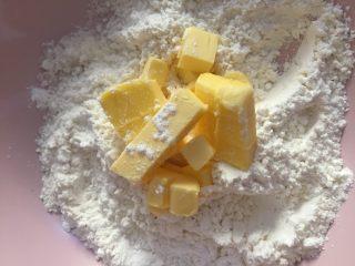 花环面包,把黄油、细砂糖和低筋面粉混合,带上一次性手套搓成粗砂状,然后放入冰箱冷冻备用。