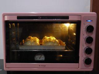 花环面包,烤箱提前预热,上下火190度,中下层烘烤15分钟左右。
