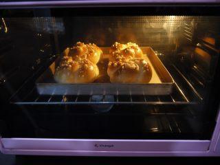花环面包,面包上色后要盖锡纸防止烤焦。