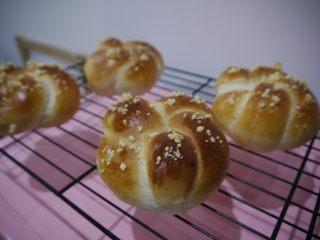 花环面包,面包烤好后取出,放在冷却架上晾凉即可食用。