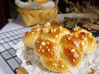 花环面包,好看好吃又好玩的花环面包就做好啦,做早餐和下午茶点心都很不错哦。