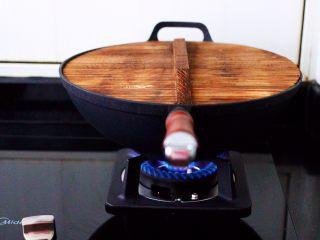 肉末番茄烩豆腐,盖上锅盖大火煮沸后。
