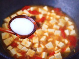 肉末番茄烩豆腐,这个时候加入提前用清水化开的淀粉。