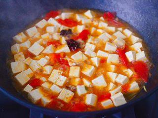 肉末番茄烩豆腐,中火继续炖煮至锅中汤汁浓稠时。