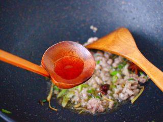 肉末番茄烩豆腐,看见猪肉末变色的时候,放入料酒去肉腥味。